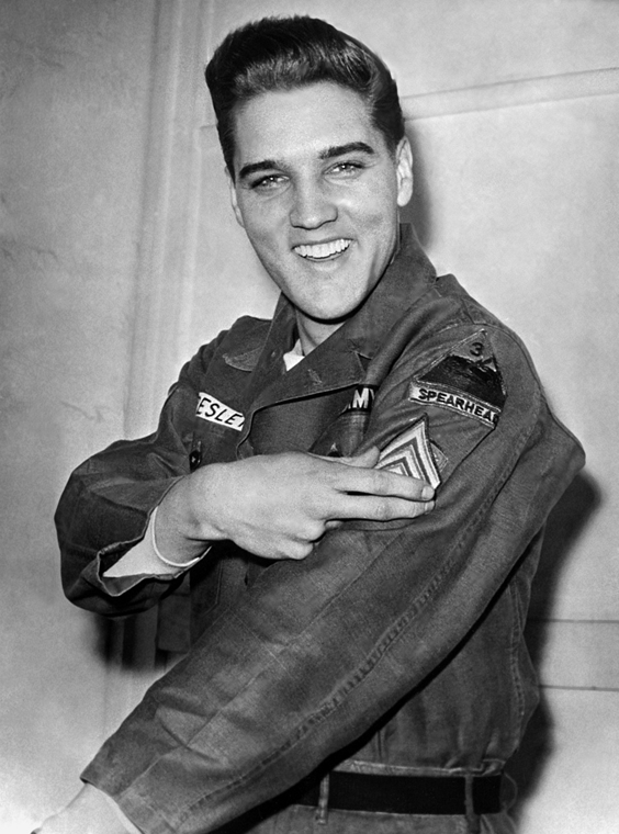 afp. Elvis Presley 80 nagyítás - 1960.02.14. GERMANY, Friedberg : (FILES) Rock'n roll legend Elvis Presley shows his sergeant insignia on February 14, 1960 in Friedberg, Germany, during his military service. Elvis spent 17 months in Friedberg, Germany, be