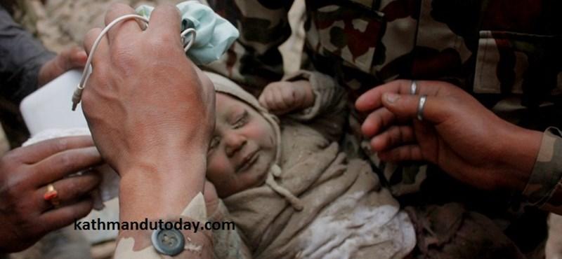 Fotó: Sértetlenül húztak ki egy kisbabát a romok alól Nepálban