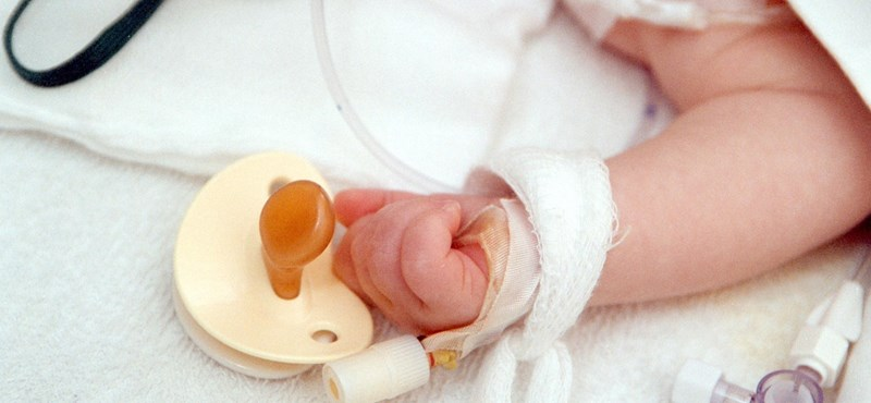 Ombudsman: Nem kell fizetni a gyermeke miatt kórházban alvó szülőnek