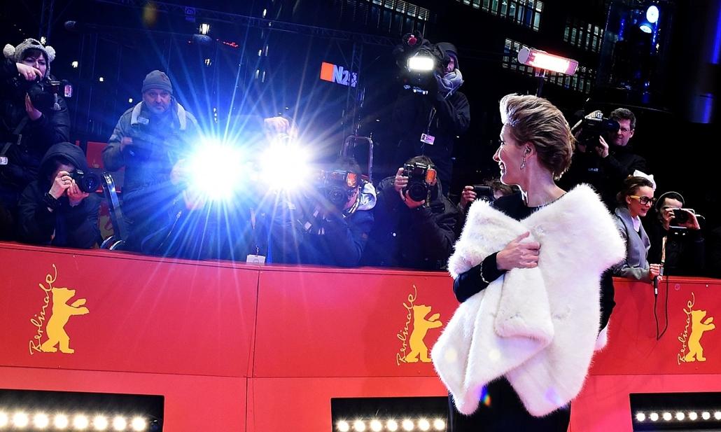 afp. 66. Berlini Nemzetközi Filmfesztiválon, Berlinale 2016 - British actress Emma Thompson arrives on the red carpet to promote the movie Alone in Berlin (Jeder Stirbt fuer sich Allein) in competition at the 66th Berlinale Film Festival in Berlin on Febr