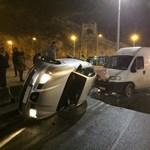 Fotó: Felborult egy autó a Döbrentei téren, közlekedési káosz az Erzsébet híd felé
