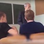 Diákok védték meg a tanárt agresszív társuktól - videó