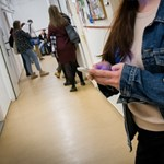 Iskolai mobilhasználat: tiltják, tűrik, tanítják