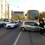 A 24-es villamos elé kanyarodott egy autó, itt is pótlóbuszra volt szükség – fotó