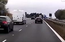 Ilyen a pillanat, amikor szemből jönnek az autópályán – videó