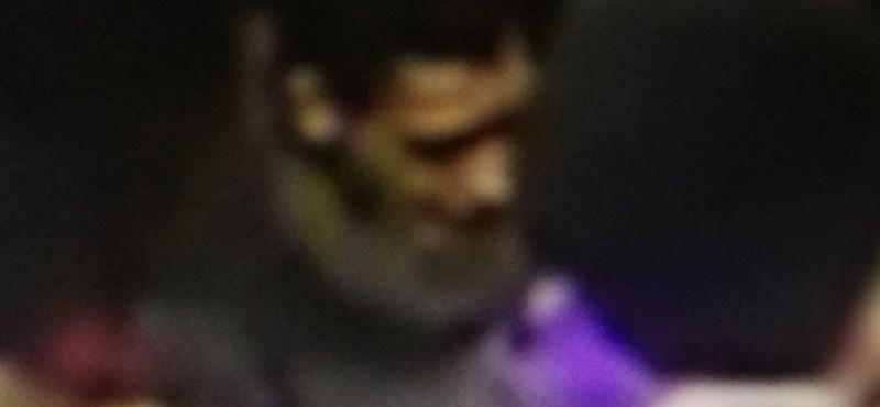 Ez a férfi rúghatott fejbe egy idős utast a villamoson – fotó
