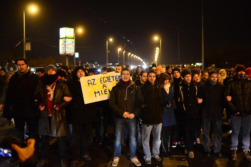 Tüntetés a Petőfi hídnál - az ELTE lágymányosi kampuszától vonultak át