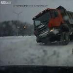 Ilyen, amikor kamiont borít fel egy fiatal lány – videó