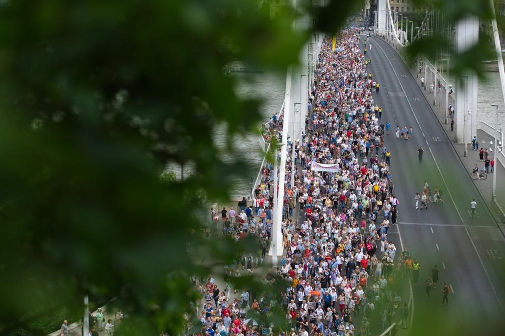 fm.16.06.11. -  A Tanítanék Mozgalom tanévzáró és bizonyítványosztó demonstrációja a Várkert Bazárnál.