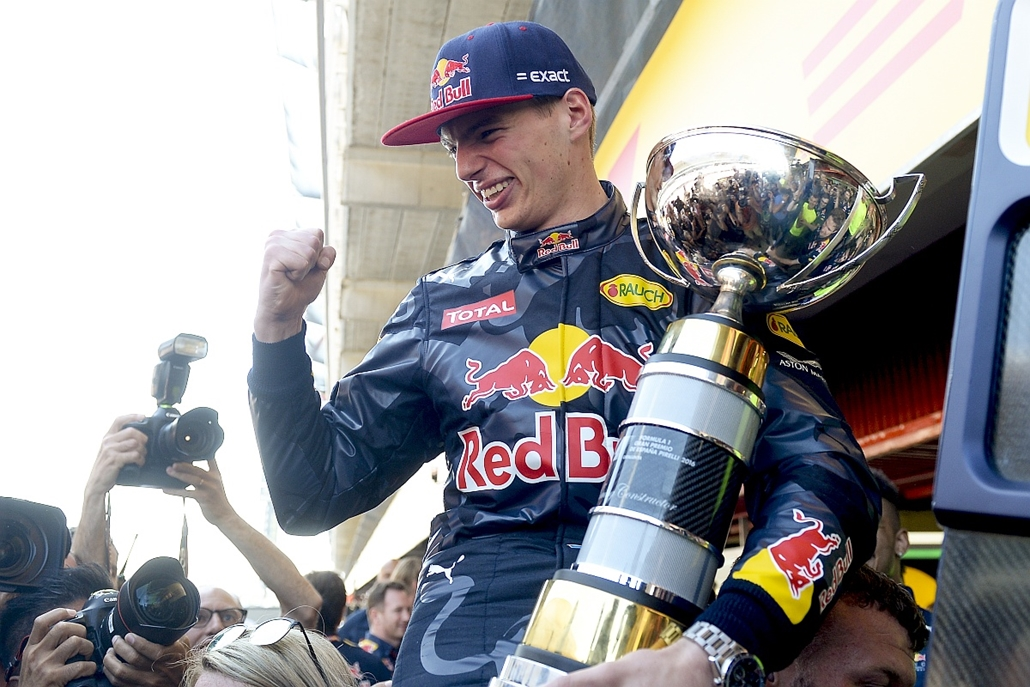 afp.16.05.15. - Montmelo, Spanyolország: Max Verstappen, a Red Bull holland versenyzője a bajnoki trófeával a Forma-1-es autós gyorsasági világbajnokság Spanyol Nagydíjának eredményhirdetésén - 7képei