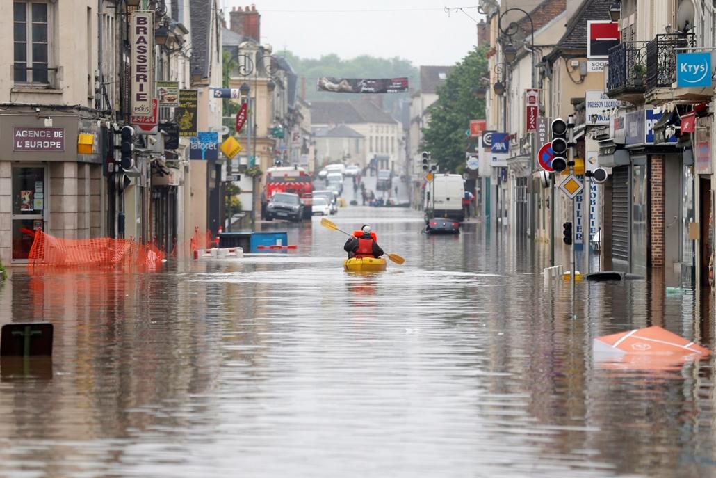 !!! AP jún. 15-ig !!! - ap.16.06.02. - Nemours: Árvízből menekülnek az emberek a Párizstól mintegy 80 kilométerre délre fekvő Nemoursban