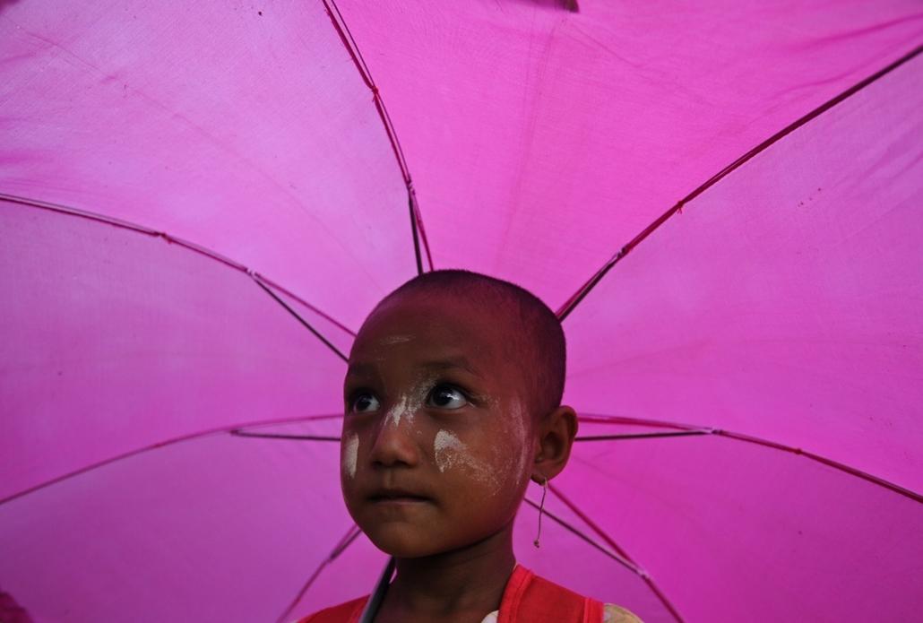 afp. nagyításhoz - esernyő - eső, időjárás, zivatar, vihar, Yangon, Mianmar, 2014.06.04.
