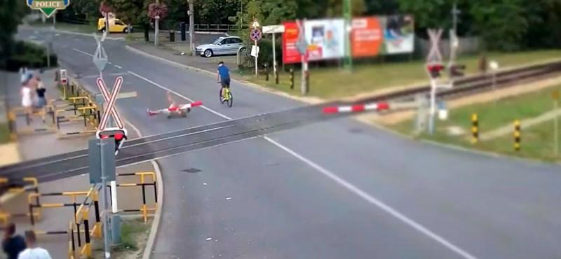 Videón, ahogy valaki tornázni próbál a siófoki vasúti sorompón, de leszakad alatta