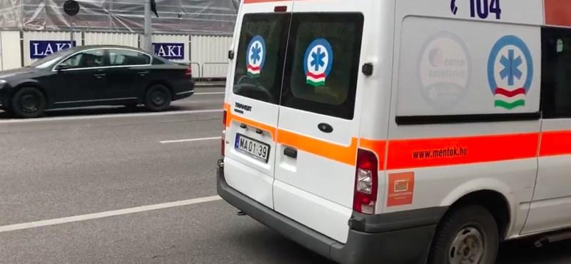 Mentőt tört össze egy robogós Budapesten, majd elhajtott