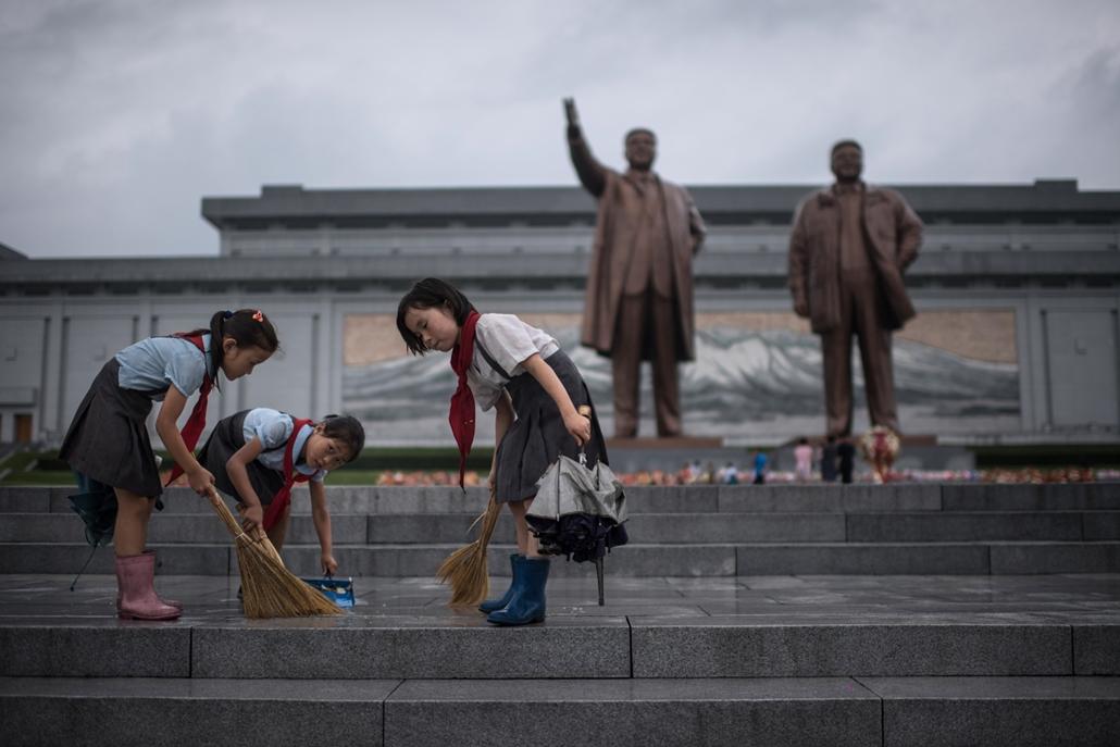 """best of 2017 A """"Győzelem napja"""" ünnepre készülvén takarítják diákok a Kim Ir Szent és Kim Dzsongil-t ábrázoló emlékmű lépcsőit Phenjanban"""