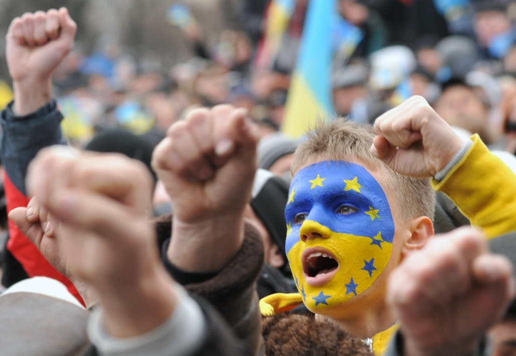 afp. nagyításhoz - ne használd - 2013.12.01.Ukrainian protesters shout slogans as thousands gather for a pro-EU opposition rally in the center of western Ukrainian city of Lviv on December 1, 2013. The economically struggling nation of 46 million was thro