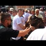 Szijjártó: Nem fogjuk többet alkalmazni a Tusványoson tüntető nőt földre vivő fotóst