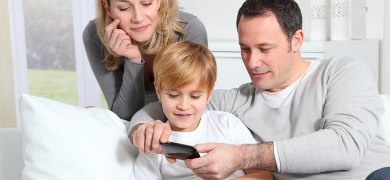 Tegye már el a telefont, amikor a gyerekével van!