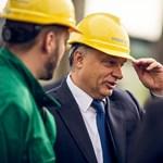 Orbán emeli sisakját a Mol beruházásai előtt