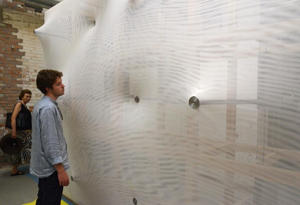 kka. Velencei Biennále 2014.06. nagyításnak - A központi pavilonban látható az alakját folyton változtató fal - a jövő épületeinek kedvelt külső és belső burkolata lehet