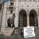 """""""Szégyelld magad Orbán!"""": molinót tettek a Parlament kapujára – fotók"""