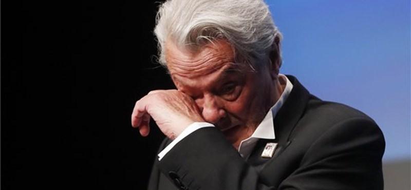 Könnyeivel küszködött Alain Delon, amikor a tiltakozások ellenére megkapta az életműdíját