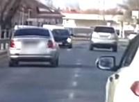 Közveszélyes módon ijesztgette egy sofőr a többi autóst a Pesti úton - videó