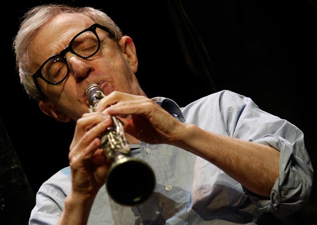 afp.04.12.27. - Guadalajara, Mexikó: Woody Allen klarinéton a New Orleans Jazz Band koncertjén. - nagyítás