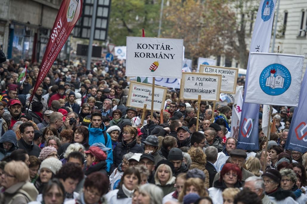 tg. Budapest 2014.12 22. pedagógustüntetés, Körülbelül ezerötszázan tüntettek a jövő évi költségvetés tervezete ellen Budapest bevárosában - a Pedagógusok Szakszervezetének (PSZ) demonstrációjához több érdekvédelmi szervezet csatlakozott. A menet a Magyar