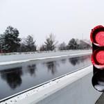 Ricciardo énekel, a szerelők hóembert építenek – így szórakoztatják magukat a behavazott F1-esek
