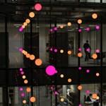Pixeles fényfelhők üveges irodaházakba