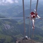 3000 méter magasan, egy sífelvonó kötelén sétált és biciklizett a svájci akrobata