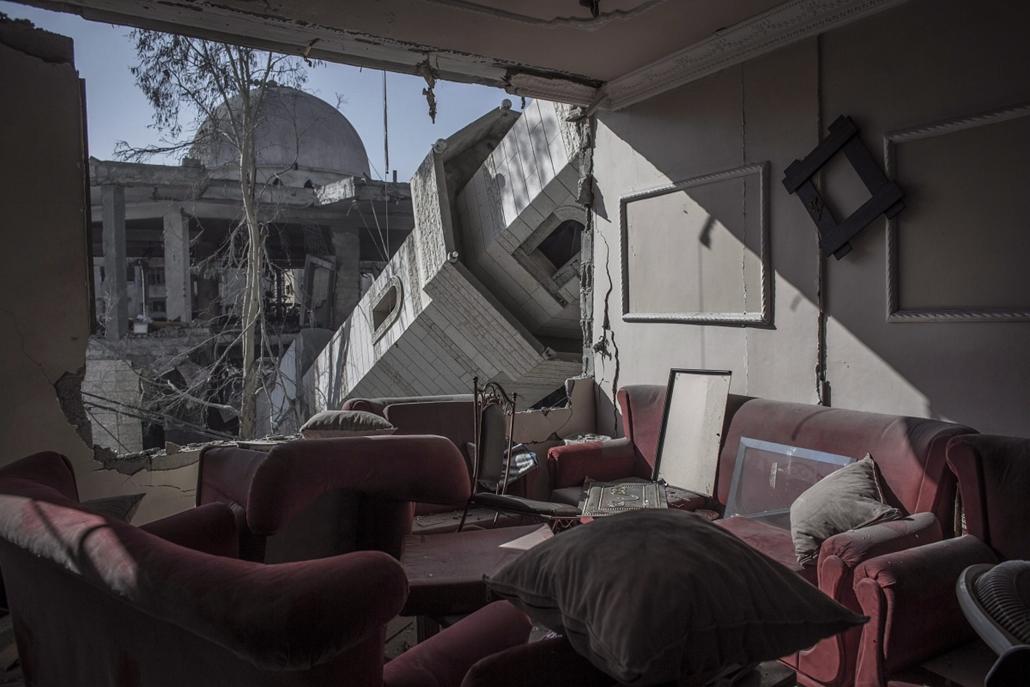 epa.14.07.30. - Gáza: minaret omlott egy palesztin család nappalijába, miután éjjel izraeli légicsapás érte a szomszédos mecsetet és környékét. - 7képei, évképei