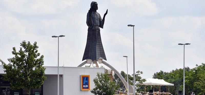 Hatalmas Jézus-szobrot avattak a dabasi Aldi mellett