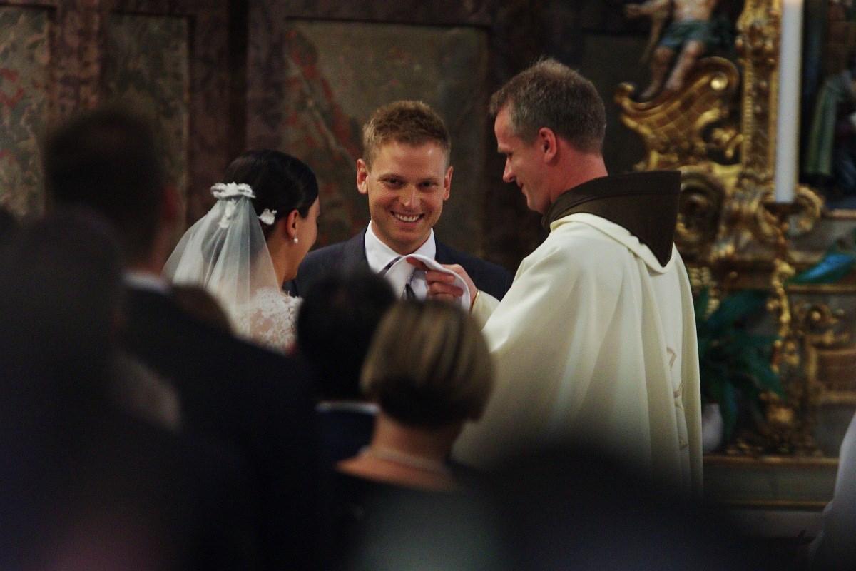 Fotó: Orbán Ráhel és férje az oltár előtt