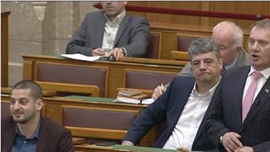 Migránsozás kontra túlóratörvényezés a parlamentben, Vadai már kapott is egy figyelmeztetést