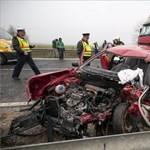 Fotó: leszakította a kamion a kocsi tetejét
