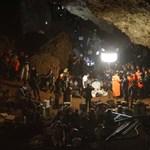 Kijutottak az első fiúk a thaiföldi barlangból