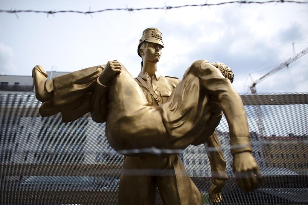 Peter Fechter emlékmű a berlini Bernauer utcában. 1962 augusztus 17-én az akkor tizennyolc éves Peter Fechter volt a berlini fal első áldozata: katonák lőtték agyon, mikor megpróbált átmászni.
