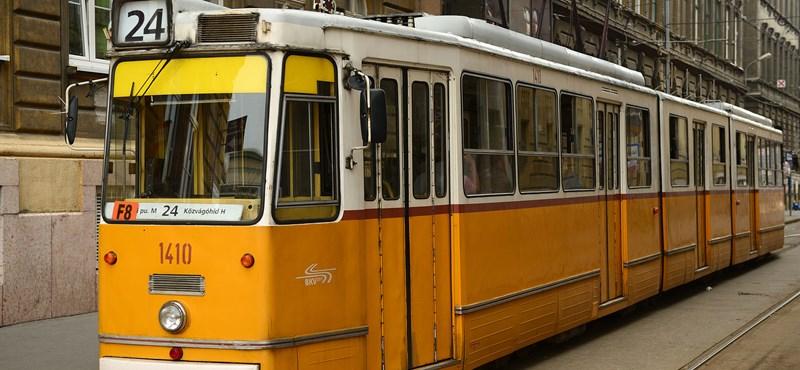 Három autó karambolozott a Haller utcánál egy villamossal