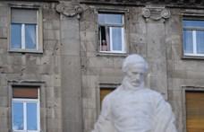 Leöntötték a Kossuth-szobrot