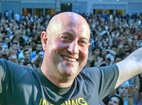 DJ-nek állt egy portugál pap, hogy jobban viseljék a járványt a hívek
