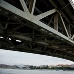 Mentőautó karambolozott a Petőfi hídon