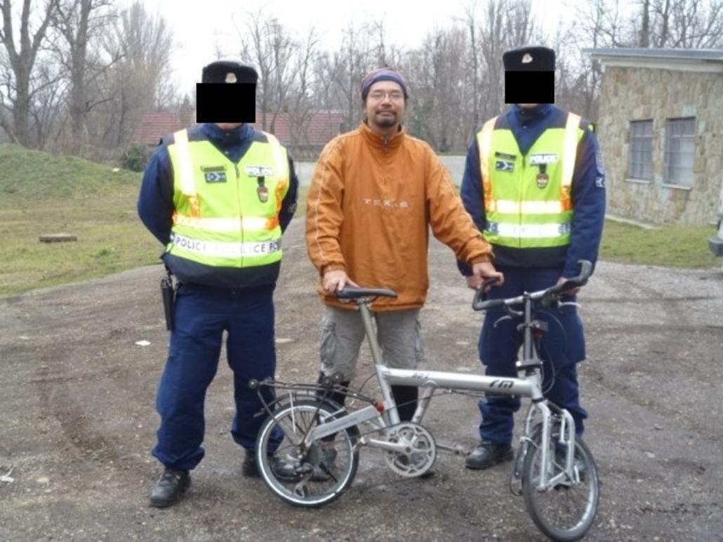 police. Így került elő a japán világutazó kerékpárja 2014.01.25. kitakart rendőr, rendőr kitakarás