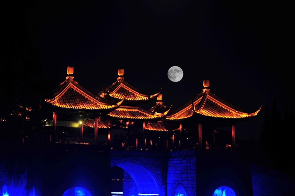 afp.15.09.28. - Yangzhou, Kína: - holdfogyatkozás szuperhold