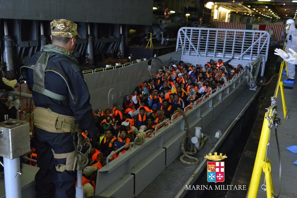 afp.1406.06. - Szicília, Olaszország: illegális bevándorlók a haditengerészet egyik bázisán. Az előző napokban közel 2 500 menedékjogi kérelmet regisztráltak. : yyyyy - 7képei nagyítás