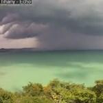 Váratlanul csapott le a vihar a Balatonnál strandolókra, zuhogott a jég Zalában – fotó, videók