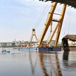 Egy ukrán teherhajó miatt le kellett lassítania a Clark Ádám úszódarunak
