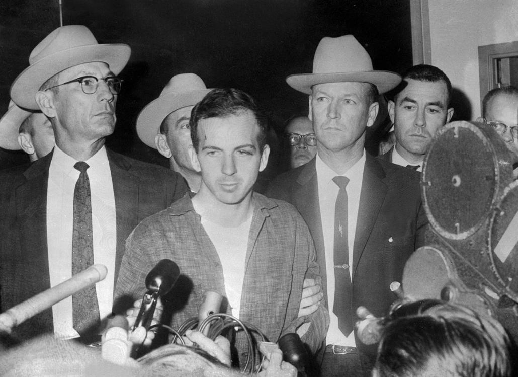 1963.11.22. - Dallas, USA:  Kennedy gyilkosa, Lee Harvey Oswald egy sajtótájékoztatón beszélt. Őt később Kennedy temetése előtti nap ölte meg Jack Ruby - John F. Kennedy, John Fitzgerald Kennedy