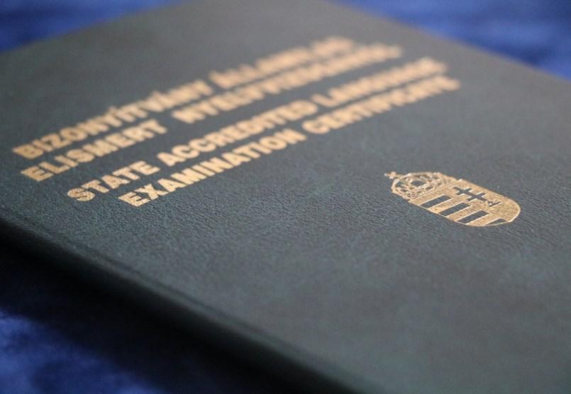 Komoly kérdéseket vet fel a nyelvvizsga nélküli diplomaszerzés - mi lesz az oklevelekkel?